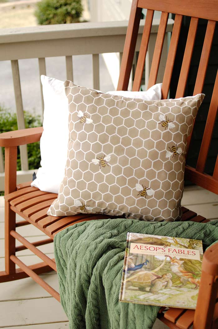 Bee-pillow-porch-environ-2